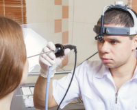 При каких симптомах нужно обращаться к оториноларингологу